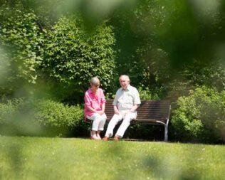 Paar auf Parkbank